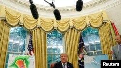 도널드 트럼프 대통령이 지난 11일 백악관 집무실에서 허리케인 '플로렌스' 대비 회의를 주재하고 있다.
