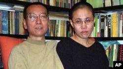 Chinese dissident Liu Xiaobo (L) his wife Liu Xia (file photo – 22 Oct. 2002)