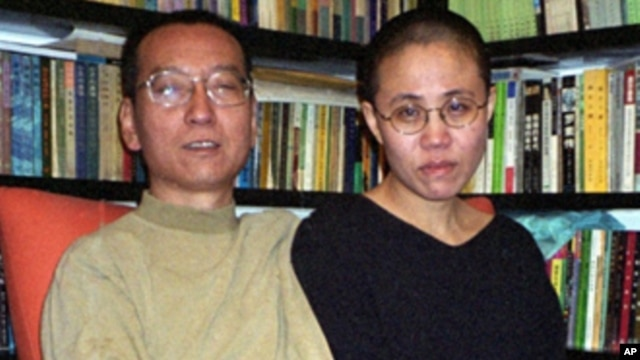 Chinese dissident Liu Xiaobo (L) his wife Liu Xia (file photo – 22 Oct. 2002)