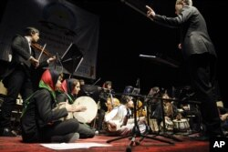 موسیقی کی تربیت حاصل کرنےو الے افغان بچوں کی 2013 میں کابل میں پرفارمنس کی ایک تصویر۔