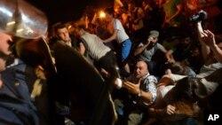 保加利亞首都索非亞星期二抗議的人群包圍議會大廈。