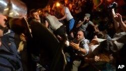 Cảnh sát đụng độ với người biểu tình bên ngoài tòa nhà Quốc hội ở Sofia.
