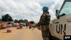 Un soldat bangladais des Nations Unies (ONU) faisant partie de la MINUSCA monte la garde en République centrafricaine au poste frontière du Cameroun, le 22 septembre 2020.