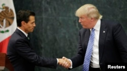 Presiden Meksiko, Enrique Pena Nieto (kiri) saat menerima kunjungan Capres AS Donald Trump di Mexico City, 31 Agustus 2016 lalu (foto: dok).