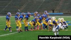 """Наймолодша команда американського футболу – """"anklebiters"""" – готуєтся до бою. Фото - Генріх Карпинський."""