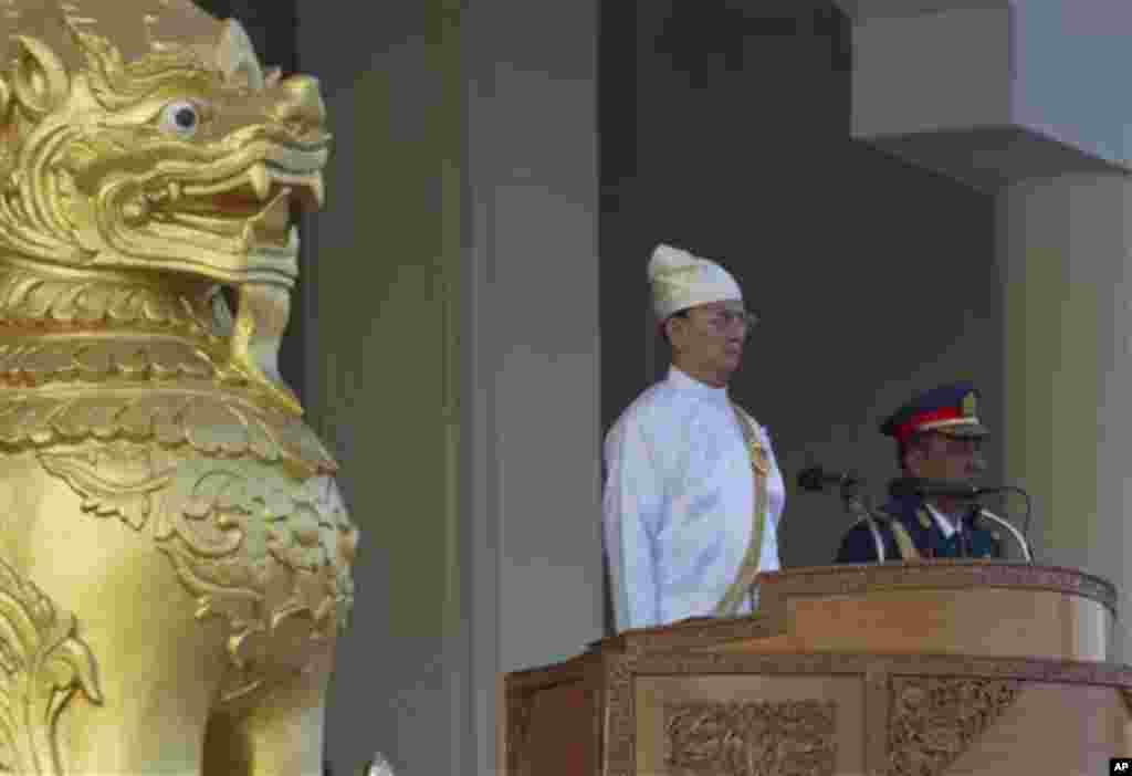 Myanmar President Thein Sein, center, attends a ceremony to mark the 67th anniversary of Independence Day in Naypyitaw, Myanmar, Sunday, Jan. 4, 2015. (AP Photo/Khin Maung Win)