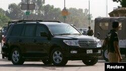 載著前軍事統治者穆沙拉夫的車輛到達法庭