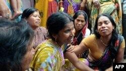 ARCHIVES - Une veuve indienne (C) est réconfortée par des proches après la mort de son mari dans un séisme à la périphérie de Patna, le 12 mai 2015.