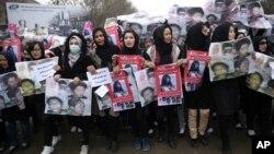 Para perempuan Afghanistan ikut melakukan aksi unjuk rasa di ibukota Kabul untuk memrotes pemenggalan 7 orang oleh ISIS, Rabu (11/11).