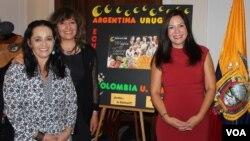 La embajadora de Ecuador en Washington, Nathalie Cely Suárez, derecha junto a las artistas ecuatorianas María Beatriz Vergara y Juana Estrella. [Foto: Mitzi Macias, VOA].