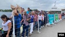 Desde tempranas horas de la mañana del sábado 9 de febrero de 2019, centenares de venezolanos cruzan el puente Simón Bolívar para llegar a Cúcuta a solicitar la ayuda humanitaria.