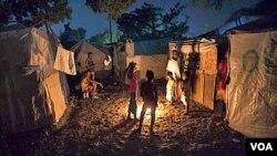 Supervivientes del terromoto en uno de los campamentos provisionales de Puerto Príncipe, en Haití.