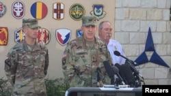 美国陆军少将约翰·乌博蒂2016年6月3日在德克萨斯州胡德堡基地访客中心外对媒体讲话
