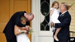 Pasangan gay yang menikah di New York bersama dengan anak-anak mereka. (Foto: Dok)