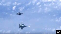 발트해 상공에서 러시아 수호이(Su)-27 전투기(아래)가 북대서양조약기구(나토)군 소속 F-18 전투기에 다가가고 있다.