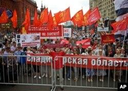 Para pendukung partai komunis Rusia meneriakkan slogan anti kebijakan pemerintah untuk bergabung dalam Organisasi Perdagangan Dunia (WTO) di Lapangan Merah, Moskow (Foto: dok).