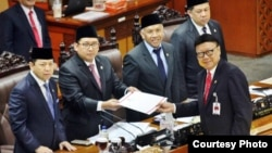 DPR mengesahkan Perppu Ormas menjadi Undang-undang pada Rapat Paripurna DPR, di Gedung Nusantara II, Kompleks Parlemen Senayan Jakarta hari Selasa (24/10).