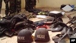 Tentara Nigeria berdiri di dekat barang-barang sitaan dari tersangka anggota militan Boko Haram, Bukavu Barracks di Kano, Nigeria (Foto: dok). Militer Nigeria melaporkan telah menangkap 49 anggota kelompok militan muslim ini, Rabu (5/6) di Yobe, Nigeria Timurlaut.