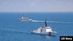 """美國海軍公佈的圖片顯示美國海軍""""基德""""號阿利·伯克級導彈驅逐艦與美國海岸警衛隊""""蒙羅""""號傳奇級巡邏艦在當地時間2021年8月27日例行穿越台灣海峽的國際水域。"""