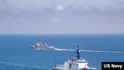 """美国海军""""基德""""号驱逐舰与海岸警卫队""""蒙罗""""号巡逻舰2021年8月27日穿越台湾海峡(美国海军照片)"""