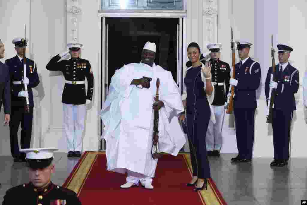 Le président de la Gambie Yahya Jammeh et la première dame Zineb Jammeh arrivent pour un dîner organisé par le président Barack Obama pour le Sommet des dirigeants des États-Unis, le 5 août 2014.