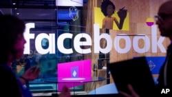 Karyawan berbicara di depan stan demo di Konferensi Pengembang Facebook F8 di San Jose, California. Facebook memperluas penggunaan perangkat lunak pencegah bunuh diri ke negara-negara lain.