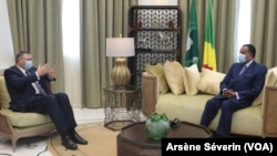 Patrick Pouyanné annonce un nouvel accord entre le Congo et Total après son entretien avec Sassou N'Guesso (à dr.), à Oyo, au Congo, le 2 novembre 2020/ (VOA/Arsène Séverin)
