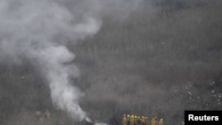 Vatrogasci Los Anđelesa na mestu nesreće helikoptera, 26. januar 2020. (Foto: Reuters/Gene Blevins)