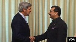 El senador John Kerry diiscutió el tema con el primer ministro, Raza Gilani.