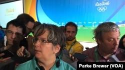 记者李•迈克尔森在讲述她乘坐的里约奥运会媒体大巴遇袭的情况。(2016年8月10日)