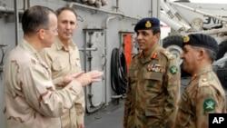 آئی ایس آئی کے ڈائریکٹر جنرل، لیفٹینٹ جنرل شجاع پاشا، دائیں، ایک فائل فوٹو میں جنرل کیانی اور امریکہ کے ایڈمرل مائک ملن کے ساتھ۔