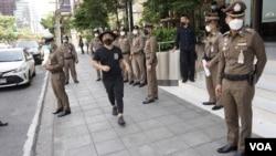 Tanat Thanakitamnuay dalam aksi protes 'konvoi mobil (car mob)' melalui area paling eksklusif di Bangkok. (VOA/Vijitra Duangdee)