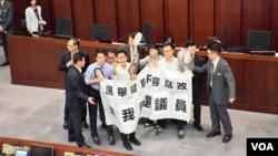 多名民主派立法會議員在財委會最後一次會議抗議.(美國之音湯惠芸攝)
