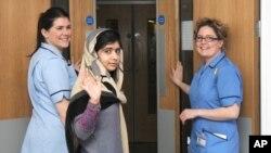 優薩福扎伊出院時與英格蘭伯明翰伊麗莎白女王醫院的醫護人員道別。