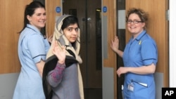 Malala Yousafzai (giữa) chào từ giả khi rời bệnh viện Queen Elizabeth ở Anh, 4/1/13