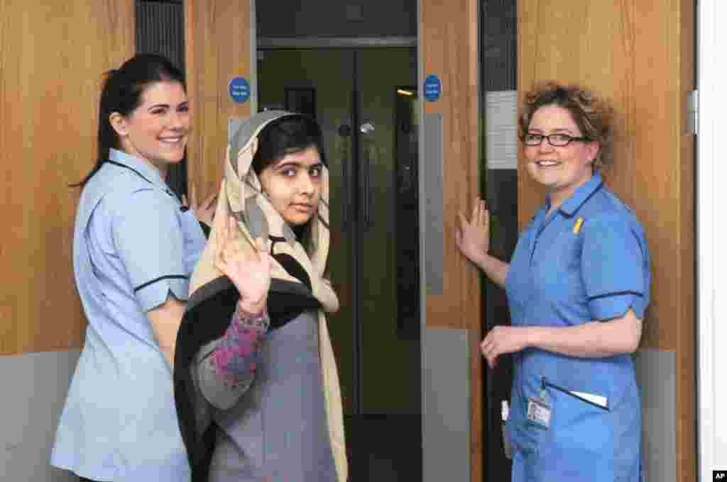 Foto yang disediakan oleh Rumah Sakit Queen Elizabeth memperlihatkan Malala Yousafzai melambaikan tangan saat ia keluar dari rumah sakit dan melanjutkan upaya rehabilitasi kesehatan di rumah sementara keluarganya (4/1).