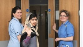 Malala Jusufzai maše novinarima prilikom otpuštanja iz bolnice u Birmingemu, u Britaniji