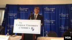 陳光誠10月2日在天主教大學召開的記者會上回答問題(美國之音葉兵拍攝)