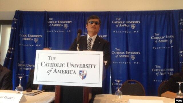陈光诚10月2日在天主教大学召开的记者会上回答问题(美国之音叶兵拍摄)