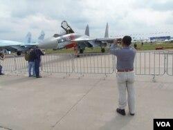 不久前莫斯科航展上展出的苏-35战机 (美国之音白桦拍摄)