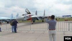 不久前莫斯科航展上展出的蘇-35戰機 (美國之音白樺拍攝)