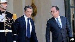 Nicolas Sarkozy et François Hollande, le 15 novembre 2015 à l'Elysée. (AP Photo/Jacques Brinon)