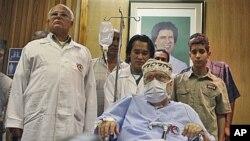被定罪又被释放的迈格拉希在利比亚领导人肖像下