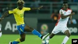 Le Gabonais Didier Ibrahim Ndong, au centre, joue contre le Burkinabè Jonathan Zongo à droite, en Guinée Équatorial, le 17 janvier 2015.