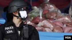 Polisi menyita methamphetamine yang berusaha diselundupkan ke Bangkok (foto: ilustrasi). Perempuan Jepang dijatuhi hukuman gantung karena membawa 3,5 kilogram methamphetamine ke Kuala Lumpur.