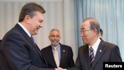 Presiden terguling Viktor Yanukovich (kiri) bertemu dengan Sekretaris Jenderal PBB Ban Ki-moon di Kyiv (7/2).