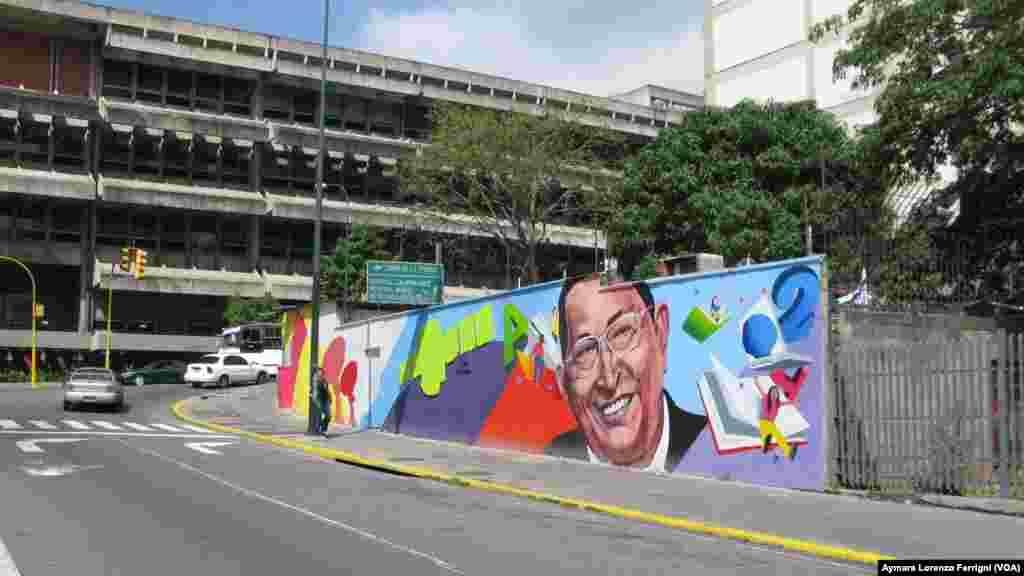 La imagen de Chávez es intervenida por artistas callejeros.