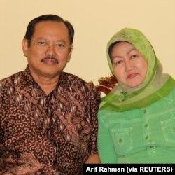 Dokter senior Indonesia Sardjono Utomo dan istrinya, yang meninggal akibat Covid-19 setelah ditolak dari rumah sakit di Surabaya. (Foto: Arif Rahman/via REUTERS)