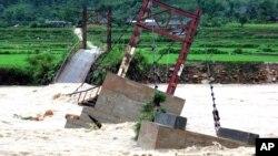 Một cây cầu bị phá hủy bởi nước lũ ở Lai Châu. (Ảnh tư liệu).