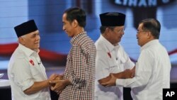 Para kandidat presiden dan wakil presiden bersalaman sebelum debat terakhir (5/7). (AP/Dita Alangkara)